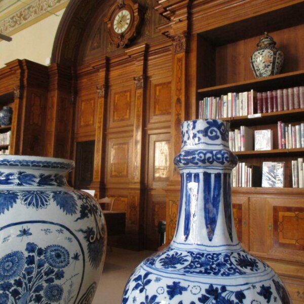 vazy ve studovne knihovny upm